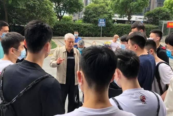 80 岁的蒋兴权正式退休,76 岁的徐根宝还在坚守……