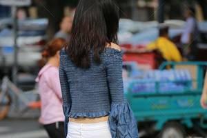喇叭袖一字肩上衣搭白色牛仔褲,簡單大方的穿搭,個性時尚顯氣質