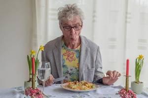 """人到中年,懂得吃很重要!記住,飯後""""三不要"""",腸胃好,少生病"""