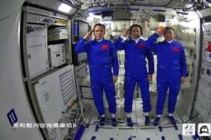 """""""神十二""""航天員太空生活:120種美食、WiFi、全家福一樣不少"""