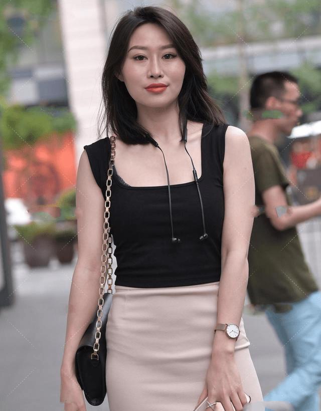 无袖黑背心配米色步履裙,优雅性感、大气十足