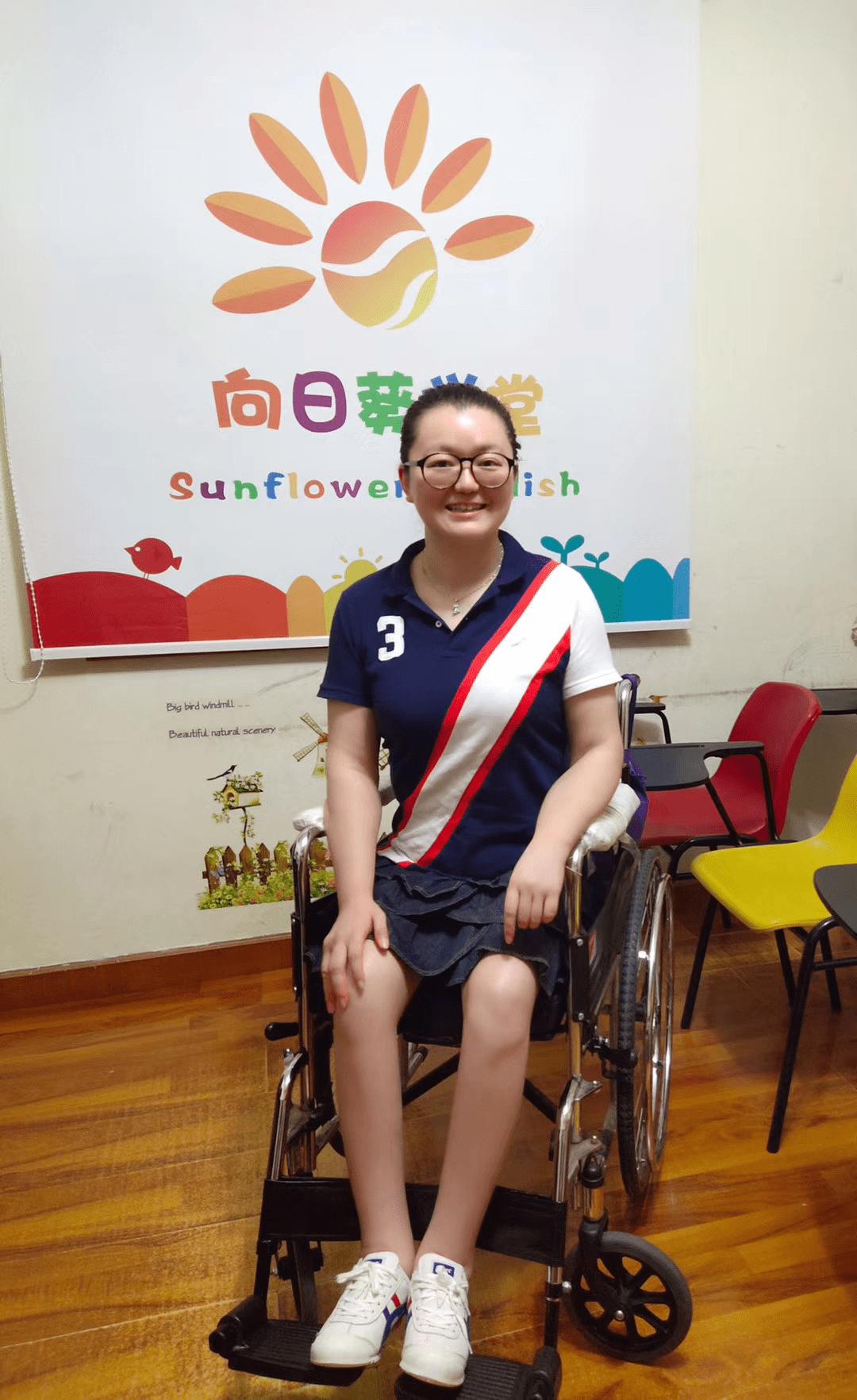 无法获得教师资格的截瘫女硕士:用轮椅支撑上身写面试板书