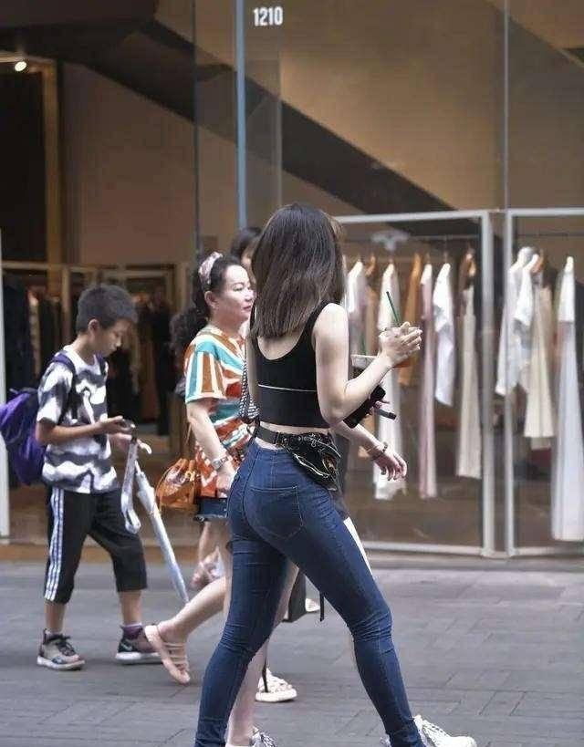 黑色露背背心搭配宝蓝色低腰打底裤,玲珑小蛮腰,简直美爆了