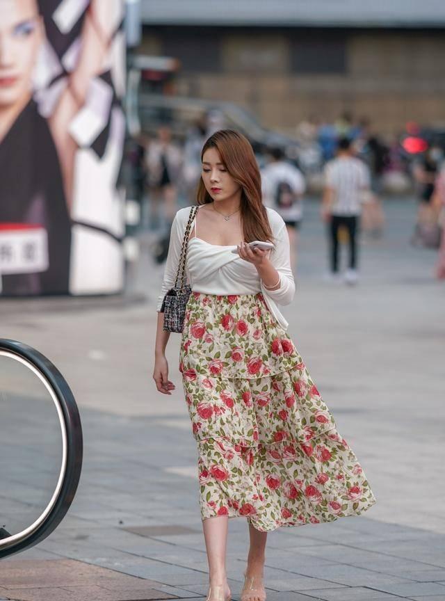 嫌花裙子太土太村?那是你不知道它的好,减龄又时髦,效果杠杠的