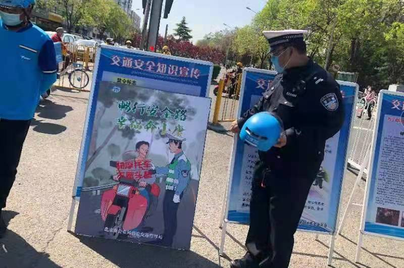 """海淀交警对外卖送餐从业人员开展""""增头盔""""岗前交通安全培训"""