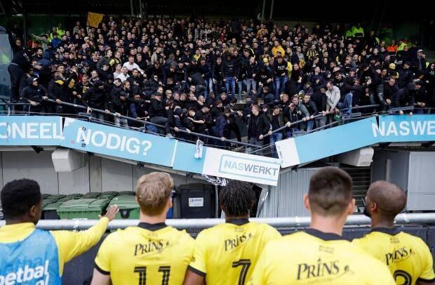 吓人!荷甲球迷庆祝进球时看台坍塌幸好无人受伤ru5