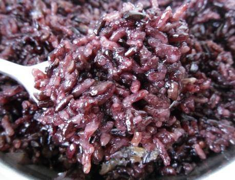 蒸黑米饭,别直接下锅,掌握3点小窍门,黑米饭自然香甜更软糯
