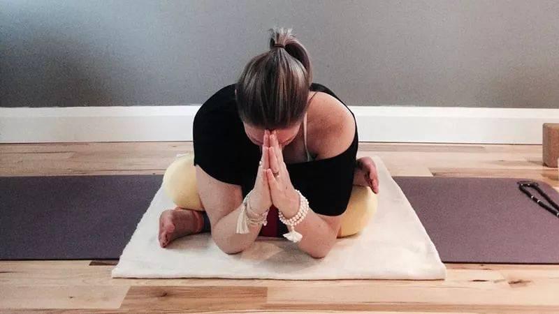 10个阴瑜伽体式序列侧重肝胆经、支持身体的消化和解毒功能,更新体内能量,有意识地选择重新开始!