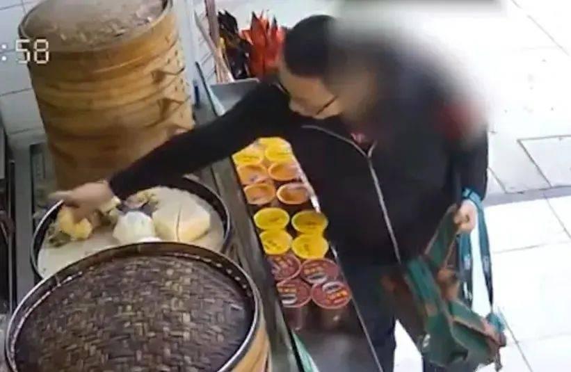 摸过了怎么卖啊!广东一男子摸包子却不买,店员当面扔掉!网友怒赞!