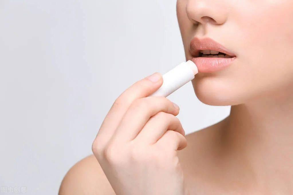 嘴唇干裂,唇周发黑是什么情况?专家教你如何护理!
