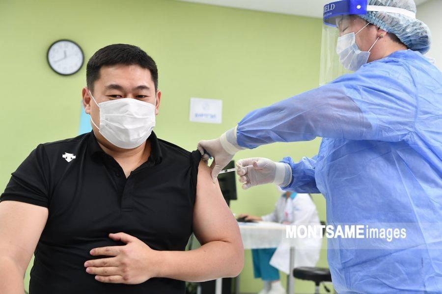 蒙古国启动全国范围新冠疫苗接种工作,总理率先接种