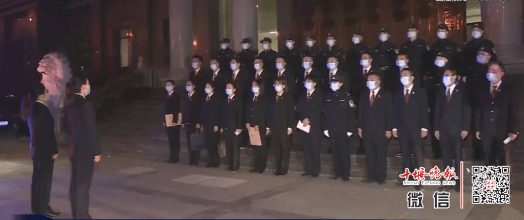 十堰今早紧急出动46名干警,这些人家中被抓!现场画面来了
