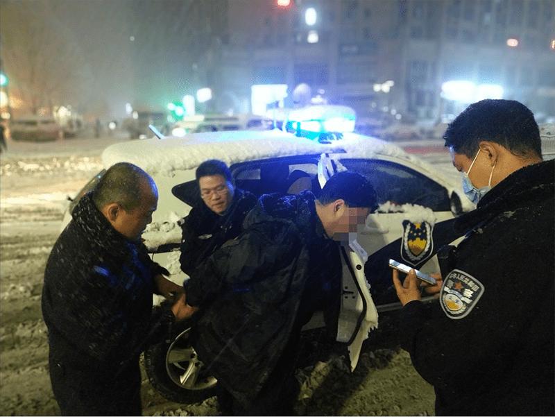 郑州市民逛街手机被扒 民警暴雪天抓捕嫌疑人