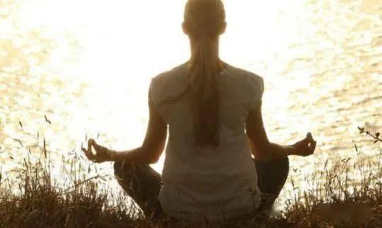 8个强大而简单的瑜伽体式有助于降低高血压 调节血液循环