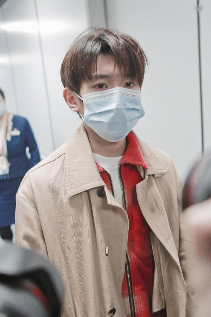 王源上海机场出发,顺毛的风衣小源男友味十足