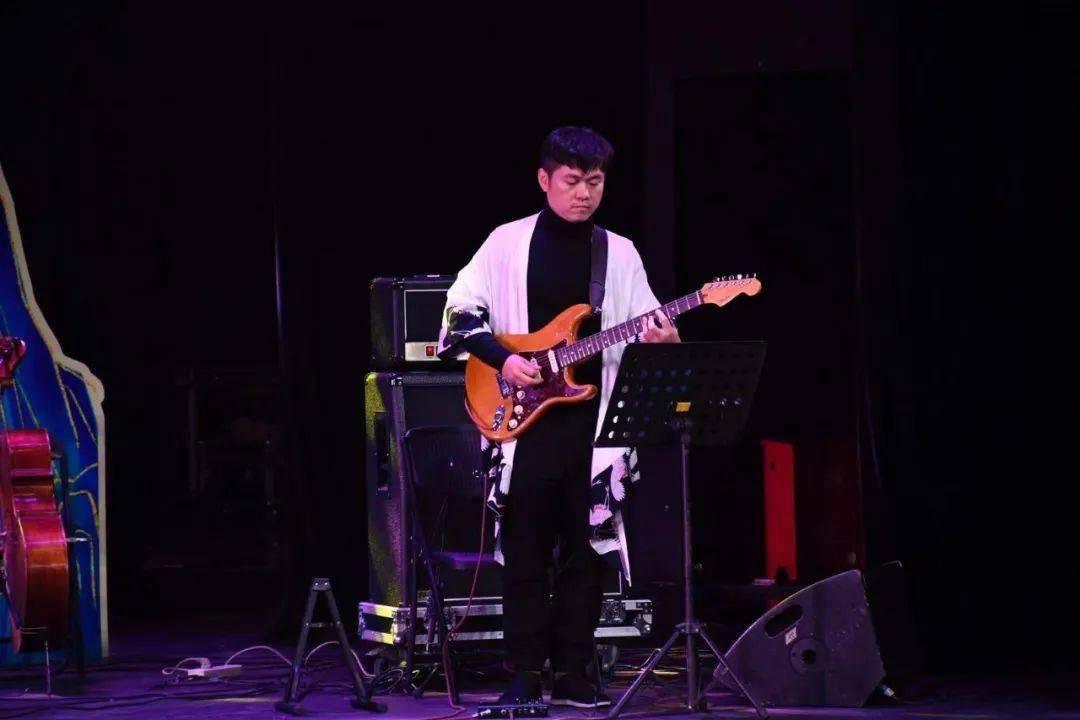 【每周一星】弹奏多彩的旋律 主张别样的音符——记柳州市优秀吉他演奏员 董元丕