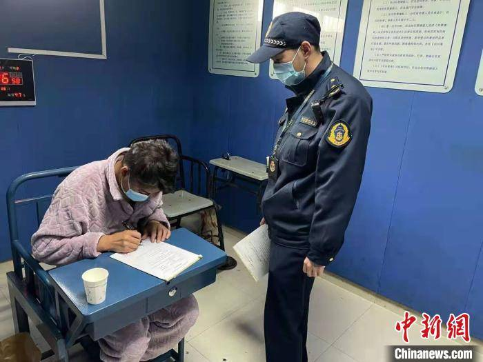 上海一网约车司机遇检拒查 载客逃逸被重罚