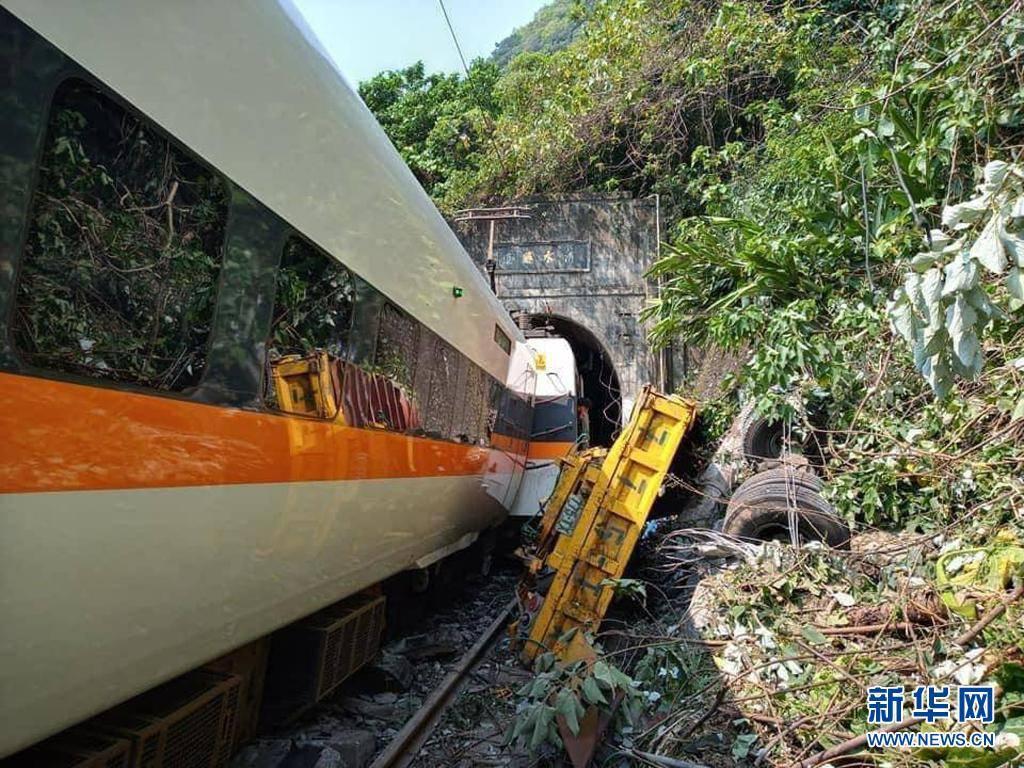 台铁脱轨事故致50死146伤,列车仍深陷在隧道中