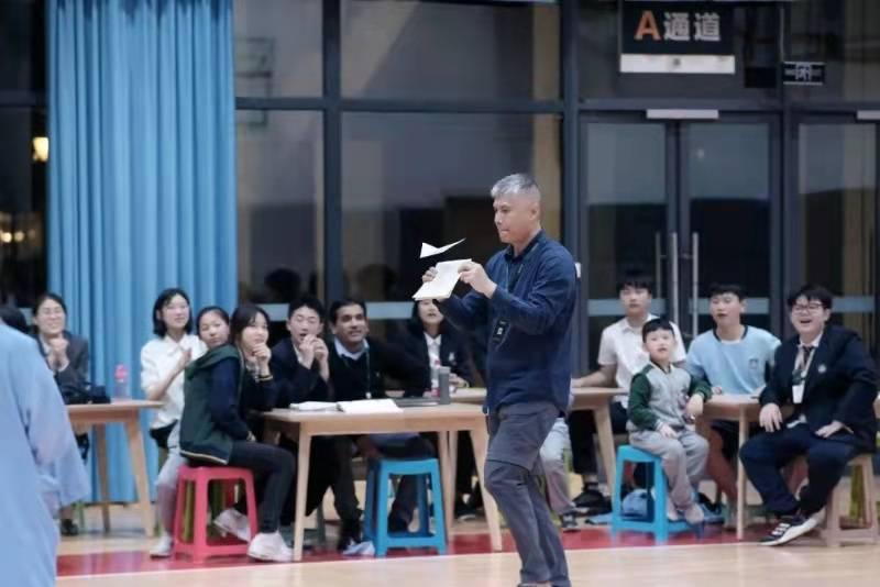 """重庆""""纸飞机大赛""""开赛啦,有本事的孩子来试试看!"""