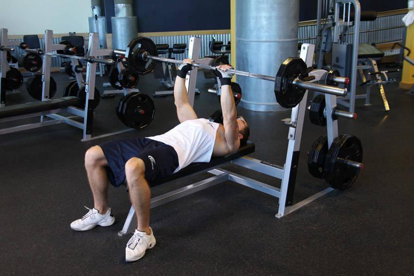在经典的复合训练当中,带大家了解站姿杠铃推举和杠铃卧推动作_健身