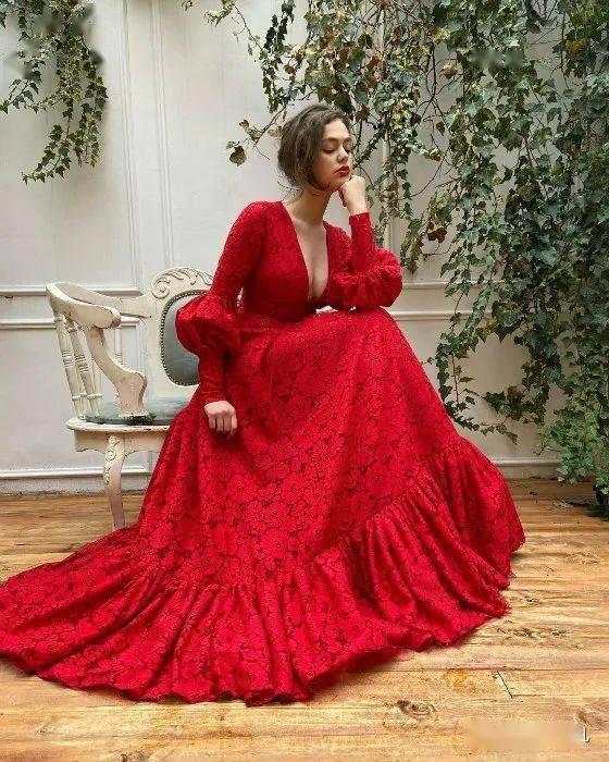在戰火中自學裁縫,她設計的每條裙子都仙氣飄飄!