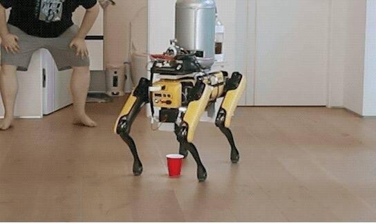 """恶趣味!外国网友训练波士顿动力机器狗Spot学会""""撒尿"""" 给自己倒啤酒喝"""
