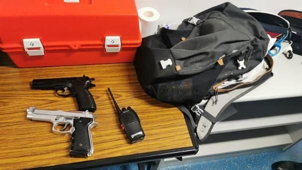 香港一兼职记者在警校附近被捕:身上搜出仿真枪与对讲机