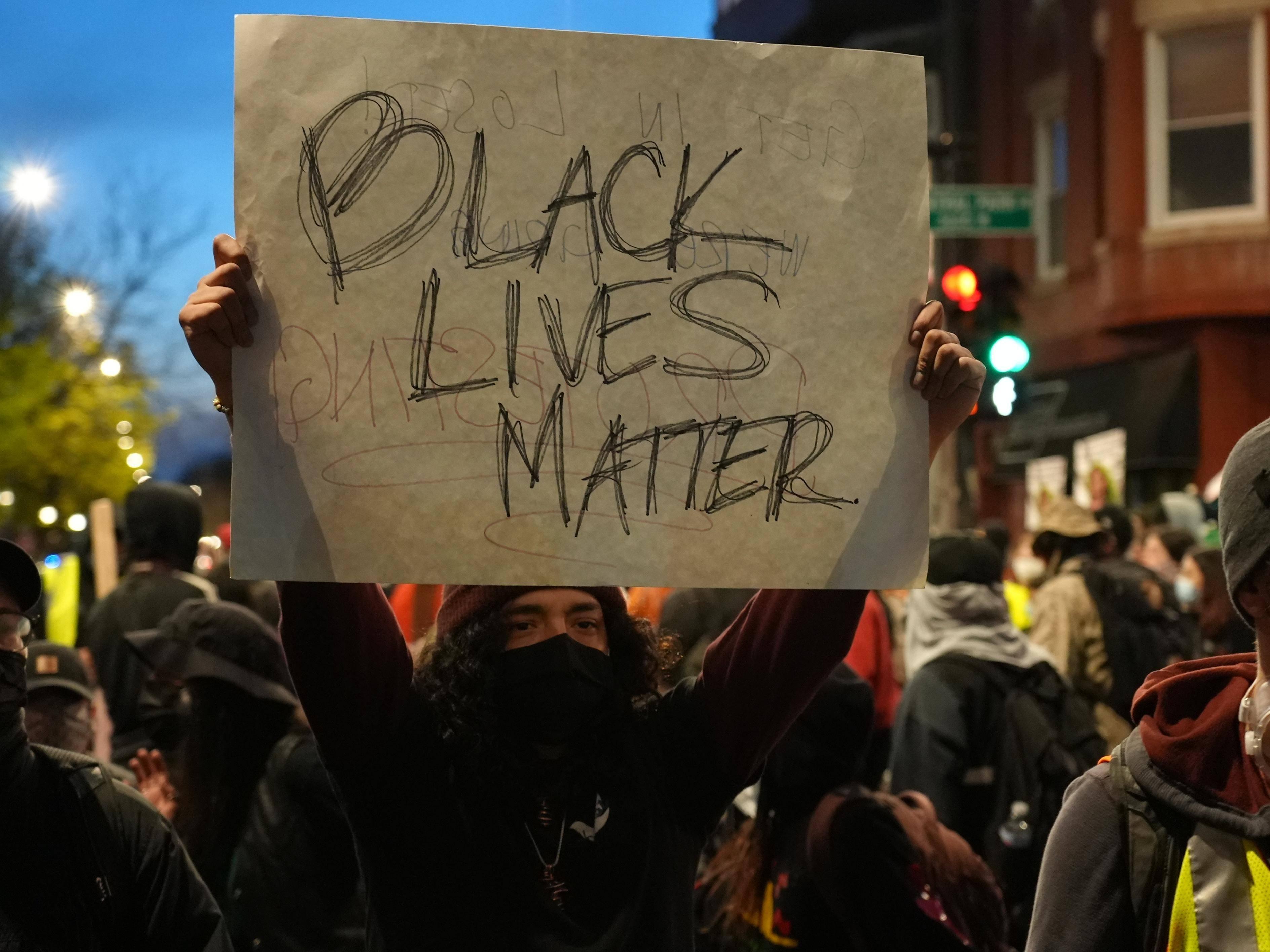 美国芝加哥市数百人抗议警察枪杀13岁少年
