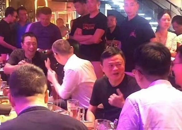 马云现身酒吧遭围观,保镖簇拥派头十足