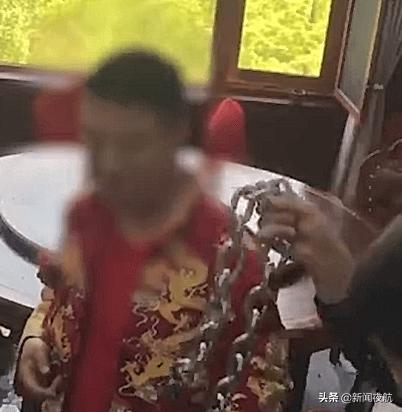 新婚当天,新郎被亲友用铁链锁头!尴尬的是钥匙找不到了