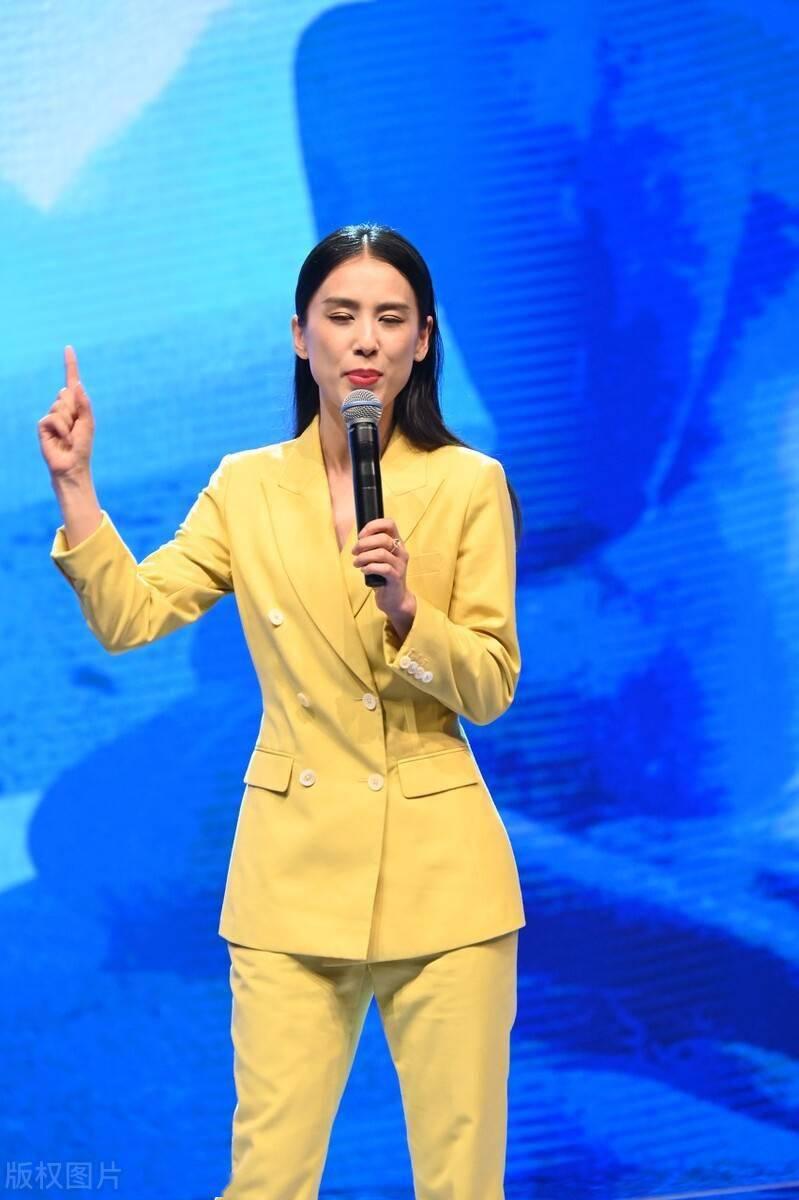 黄圣依亮相活动,这套衣服太有女人味了
