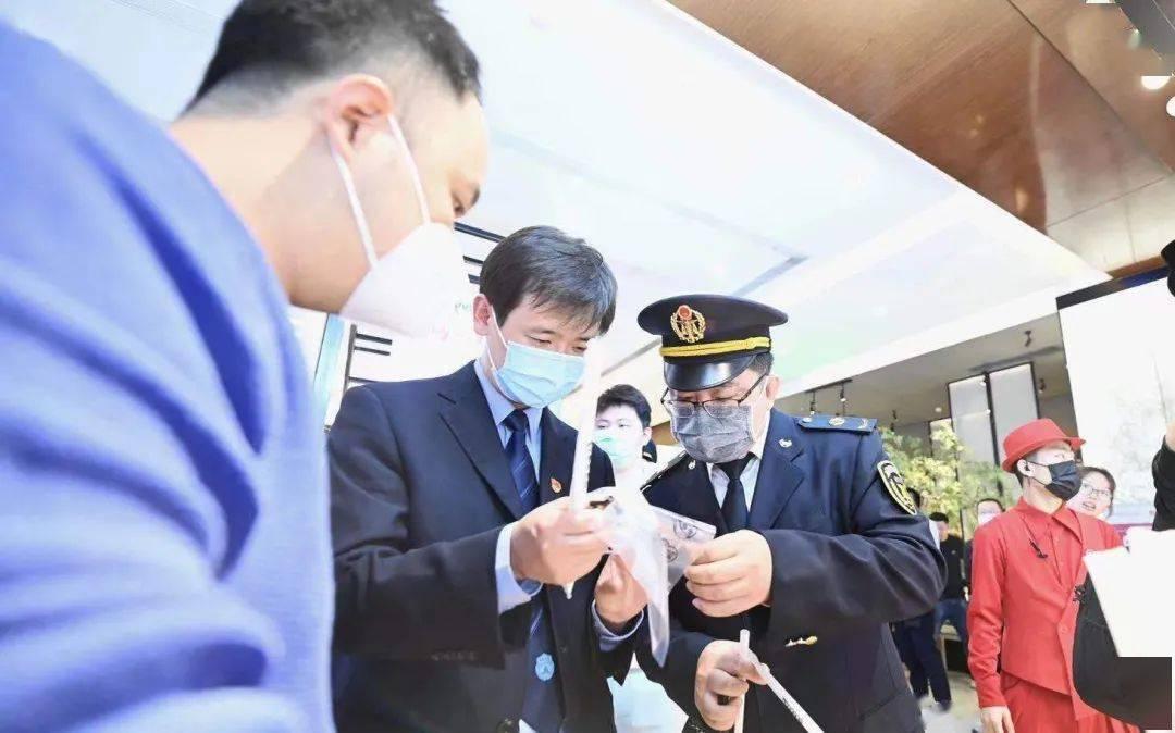"""北京""""最严限塑令""""实施4个月,执法人员现场突击检查"""