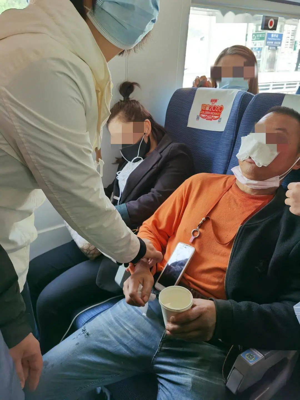 """前往成都的列车上,55名华西医务人员上演""""饱和式营救"""""""