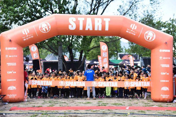 斯巴达儿童赛北京开战 邢傲伟莫慧兰等陪同子女参赛