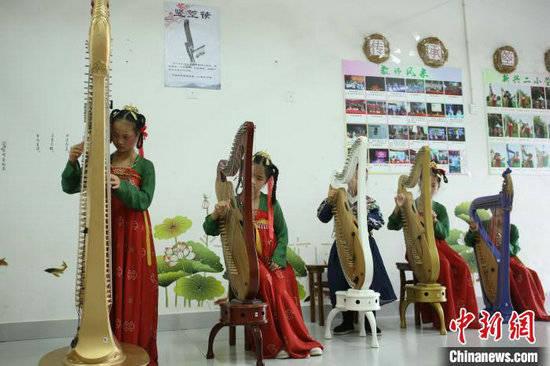 广西乡镇教师姐妹传承千年箜篌