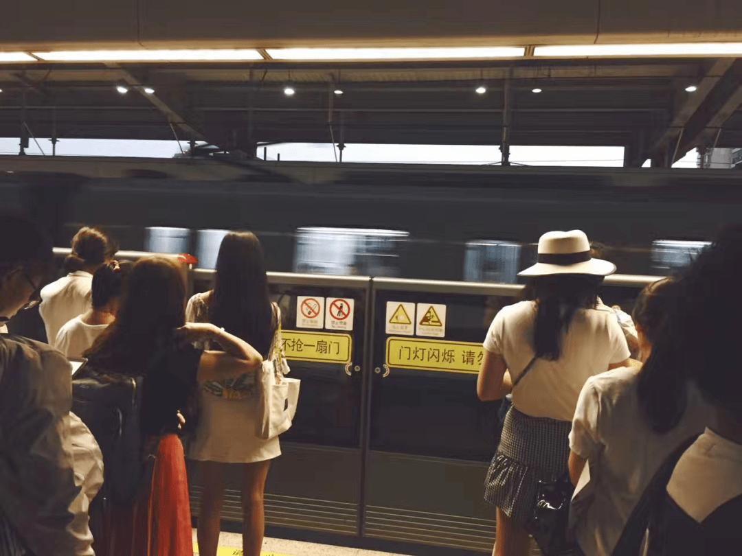 """一线城市夫妻""""双城记"""":带板凳上地铁,从江苏坐到江苏路站"""