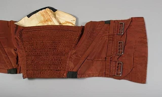 在1812年的英美战争中,一位美国海军军官就曾穿着紧身胸衣出海,他的紧身胸衣至今仍保存在宪法号博物馆中。