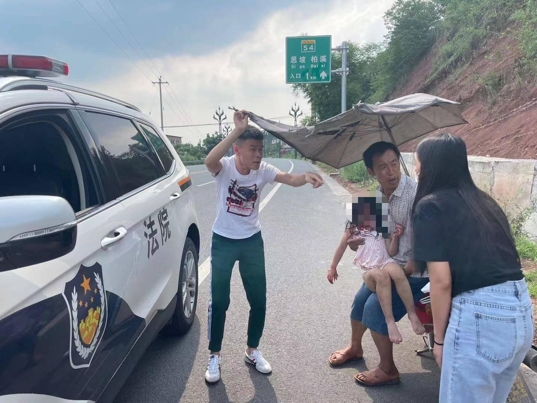 四川一女子载三个小孩开车意外坠崖 坠崖瞬间被树枝拦截-家庭网