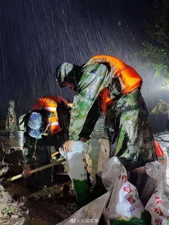 河南贾鲁河开封祥符区段决口,650名空降兵筑起1.5公里沙袋墙护堤