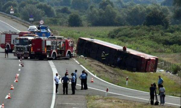 大巴车在克罗地亚冲出高速至少10人死亡,司机承认开车时睡着