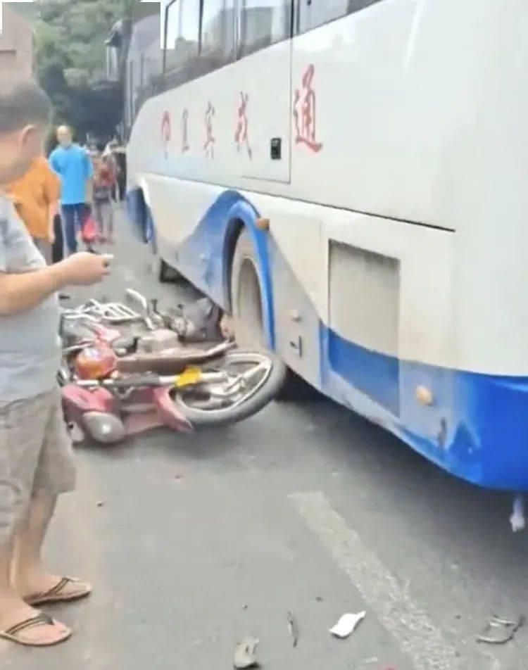 宜宾一摩托遭撞,司机被卷入车底…