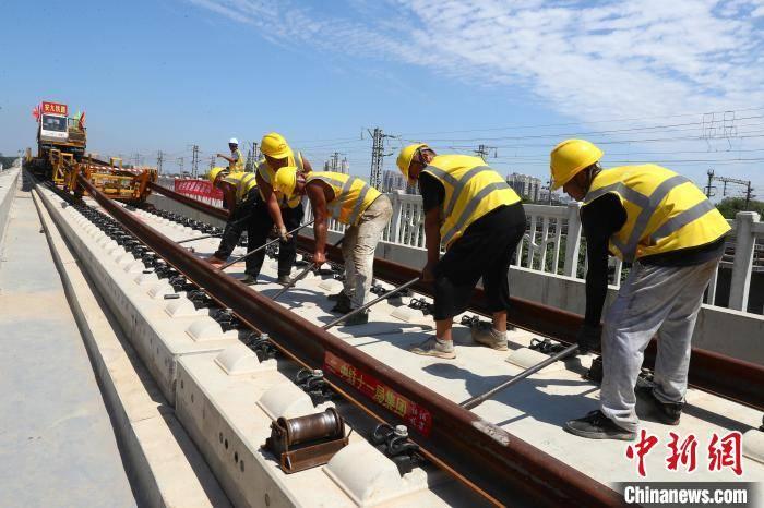 安九高铁正线铺轨贯通 年底具备开通运营条件