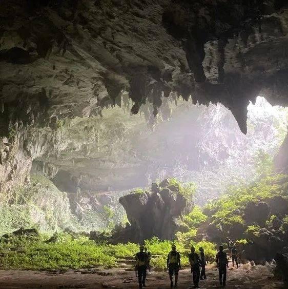 黑色洞穴中的皎洁圆月