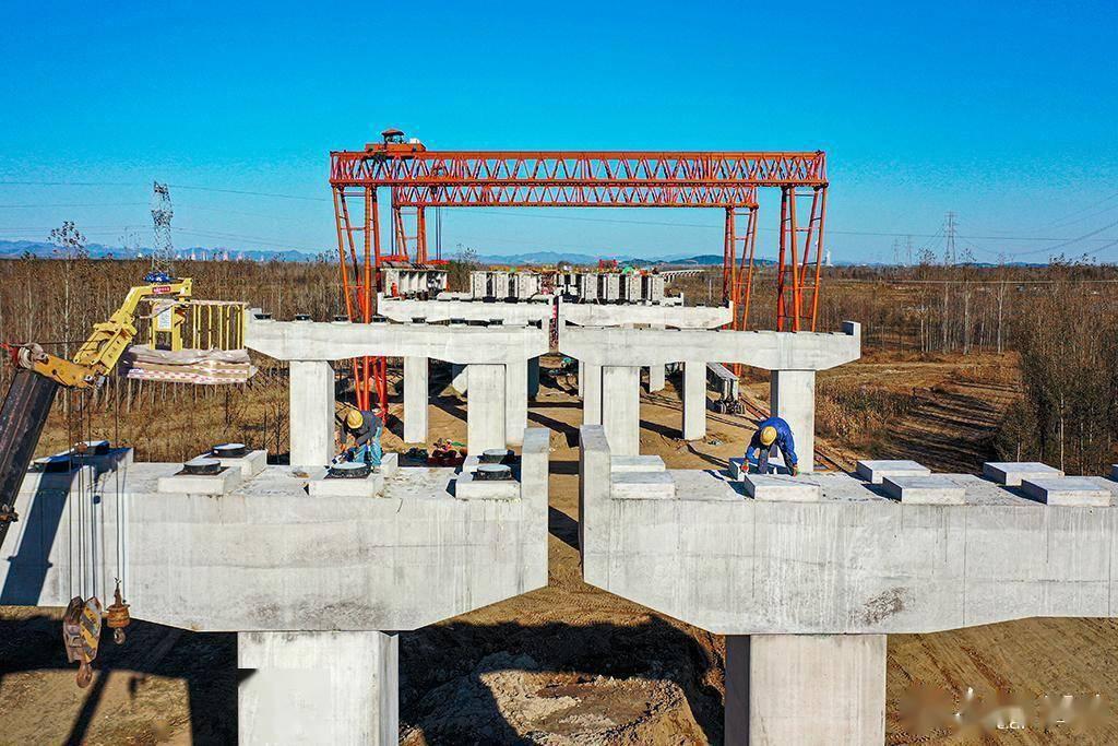 河北迁安:京秦高速迁安段紧张施工